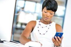 Stående av att le affärskvinnan med mobilen Royaltyfria Foton