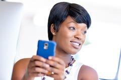 Stående av att le affärskvinnan med mobilen Royaltyfri Foto