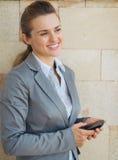 Stående av att le affärskvinnan med mobilen Arkivfoton