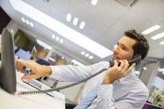 Stående av att le affärsmannen på telefonen i regeringsställning fotografering för bildbyråer