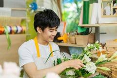 Stående av att le arbete för blomsterhandelägare affär isolerad liten white 3d Arkivfoto