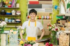 Stående av att le arbete för blomsterhandelägare affär isolerad liten white 3d Royaltyfria Foton
