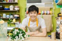 Stående av att le arbete för blomsterhandelägare affär isolerad liten white 3d Royaltyfri Foto