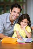 Stående av att le att studera för fader och för dotter royaltyfri fotografi