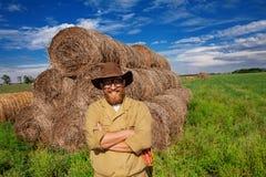Stående av att le bonden i höfält royaltyfri foto