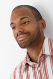 Stående av att le den Afro-american mannen Arkivfoto