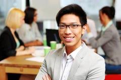 Stående av att le den asiatiska affärsmannen arkivbild