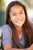 Stående av att le den asiatiska flickan Arkivfoto