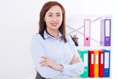 Stående av att le den attraktiva affärskvinnan på kontorsbakgrund som isoleras på vit Kopieringsutrymme och åtlöje upp Selektivt  arkivfoto