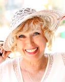 Stående av att le den attraktiva eleganta höga damen i hatt Arkivfoton