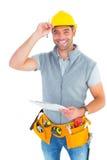 Stående av att le den hållande skrivplattan för manuell arbetare Arkivfoton