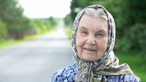 Stående av att le den mogna gamla kvinnan Närbild arkivfilmer