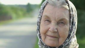 Stående av att le den mogna gamla kvinnan Närbild stock video