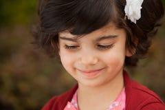 Stående av att le den små Caucasian flickan royaltyfri fotografi