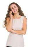 Stående av att le den talande mobiltelefonen för ung kvinna Fotografering för Bildbyråer