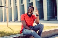 Stående av att le den tillfälliga svarta mannen i röd tshirt royaltyfri bild