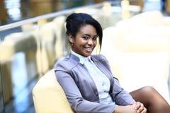 Stående av att le den unga affärskvinnan Arkivfoton