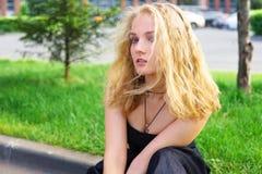 Stående av att le den unga härliga blonda kvinnan, utomhus Royaltyfria Foton