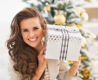 Stående av att le den unga kvinnan med asken för julgåva Fotografering för Bildbyråer
