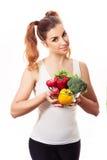 Stående av att le den unga kvinnan som rymmer nya vårgrönsaker Arkivbilder