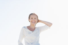 Stående av att le den unga kvinnan utomhus Royaltyfri Fotografi