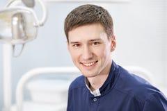 Stående av att le den unga manliga doktorn royaltyfri bild