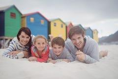 Stående av att le familjen som ligger på sand Royaltyfria Bilder