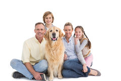 Stående av att le familjsammanträde samman med deras hund Royaltyfria Bilder