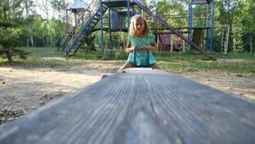 Stående av att le flickan på gungbrädet långsam rörelse arkivfilmer