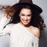 Stående av att le kvinnan med långt brunt hår för skönhet - posera på studion Royaltyfri Bild