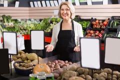 Stående av att le kvinnan som arbetar i livsmedelsbutik Royaltyfri Foto