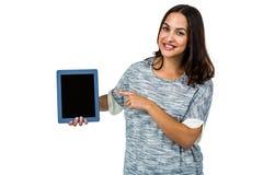Stående av att le kvinnan som rymmer den digitala minnestavlan Royaltyfri Foto