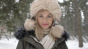 Stående av att le kvinnan som tycker om vintertid Royaltyfri Foto