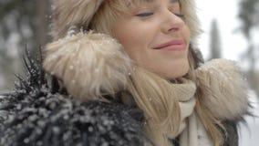 Stående av att le kvinnan som tycker om vintertid Royaltyfria Bilder