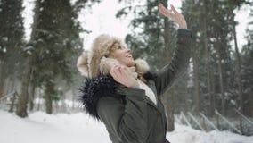 Stående av att le kvinnan som tycker om vintertid Fotografering för Bildbyråer