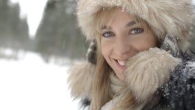 Stående av att le kvinnan som tycker om vintertid Arkivbilder