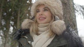 Stående av att le kvinnan som tycker om vintertid Arkivbild