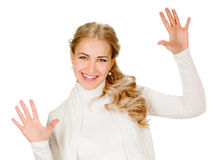 Stående av att le kvinnan som visar tio fingrar arkivbilder