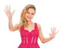 Stående av att le kvinnan som visar tio fingrar royaltyfri foto