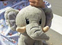 Stående av att le lilla flickan med en nalleelefant royaltyfri foto