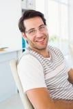 Stående av att le mannen som bär läs- exponeringsglas Royaltyfri Foto