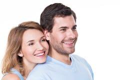Stående av att le omfamna par. Royaltyfri Foto