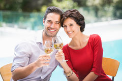 Stående av att le par som rostar vitt vin Royaltyfri Foto