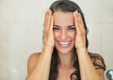 Stående av att le tvagningen för ung kvinna i dusch Arkivbild