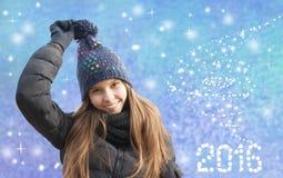 Stående av att le unga flickan i vinter Arkivbild