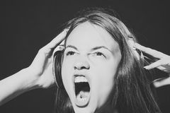Stående av att ropa dj-flickan Arkivbild