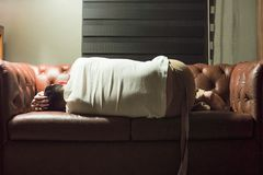 Stående av att sova den fundersamma mannen på tappningsoffan i livinen royaltyfri fotografi