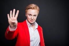 Stående av attraktiv gestur för nummer fyra för visning för affärskvinna Arkivbilder