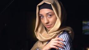 Stående av attraktiva flickor i traditionell muslimsk kläder Flickan i hijab ser kameran och le långsamt arkivfilmer