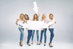 Stående av attraktiva kvinnor som främjar försäljning Fotografering för Bildbyråer